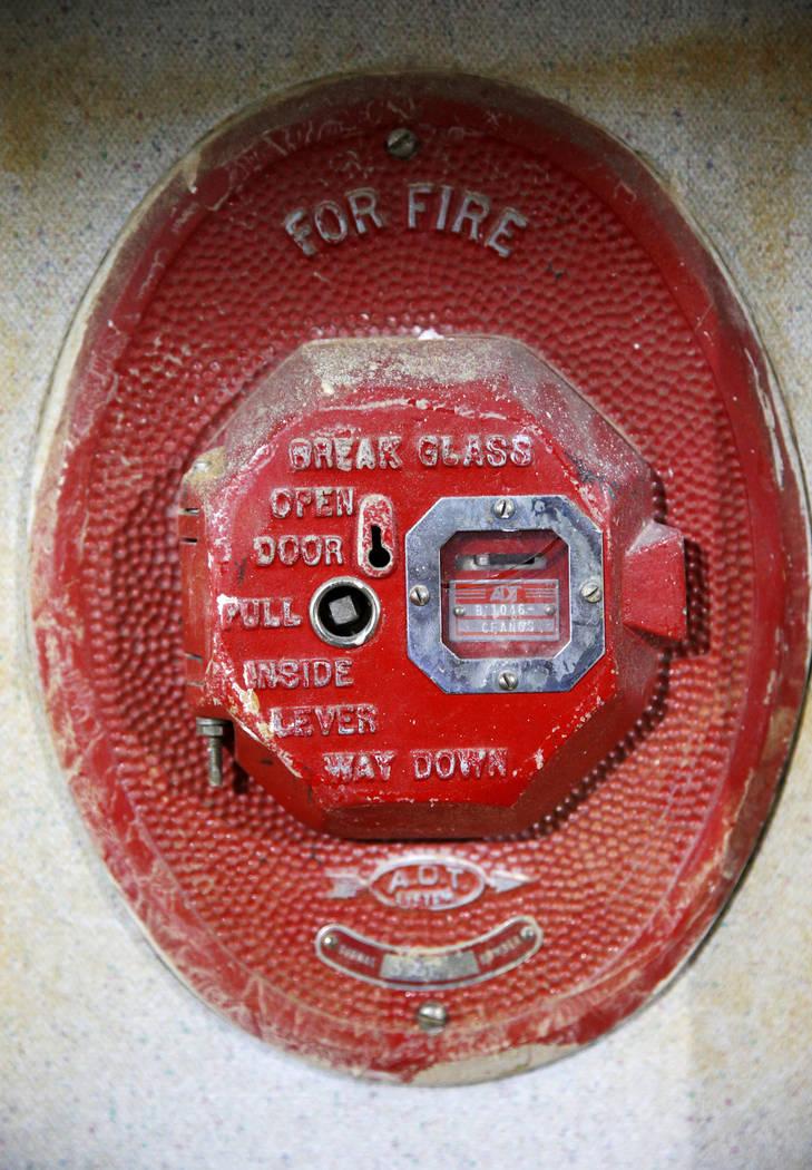 Una alarma de incendios en una pared dentro de la antigua tienda Sears en Boulevard Mall de Las ...