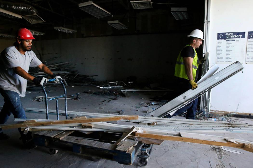 Los trabajadores Ivan Cruz, izquierda, y Mike Istrate reciclan material de construcción dentro ...