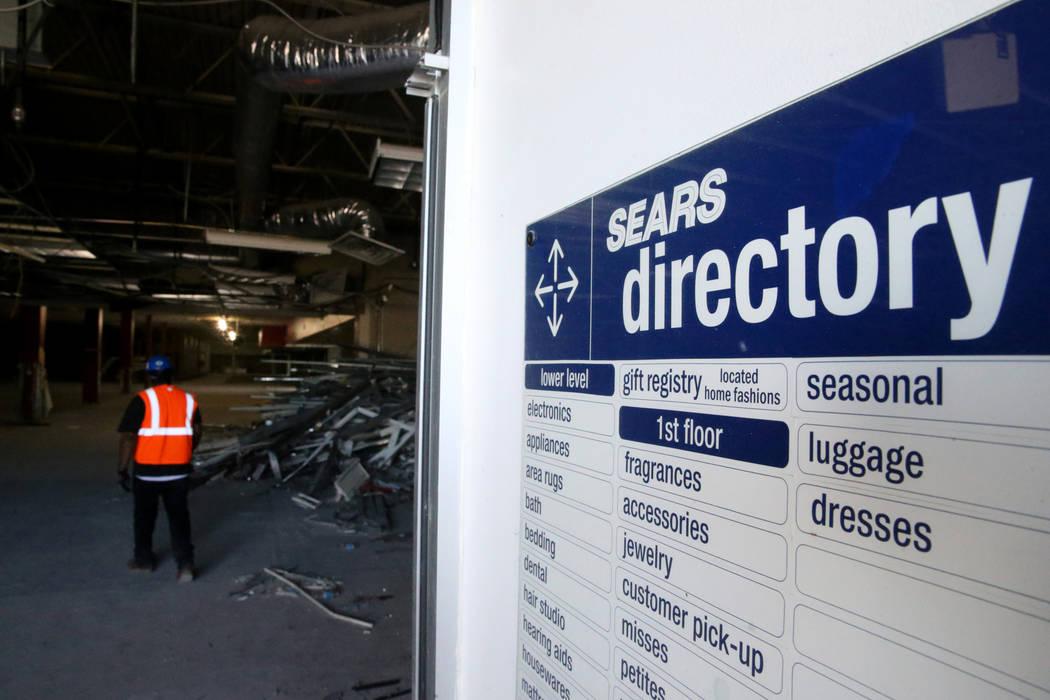 Trabajadores reciclan material de construcción dentro de la antigua tienda Sears en Boulevard ...
