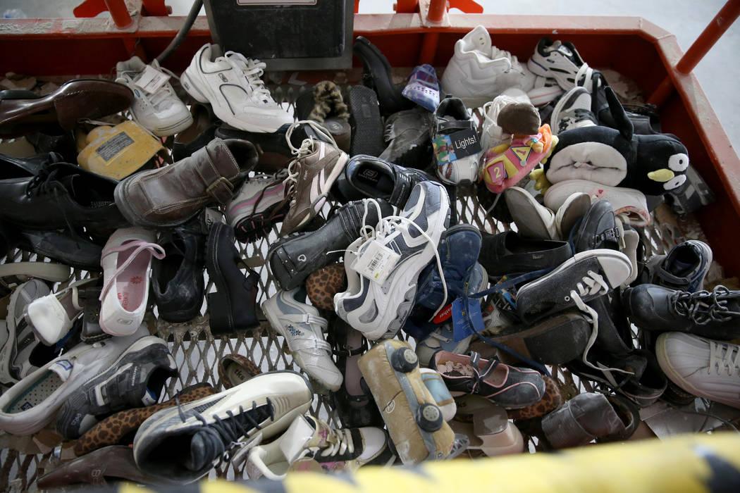 Zapatos que se encontraron dentro de las paredes en la antigua tienda Sears en el Boulevard Mal ...