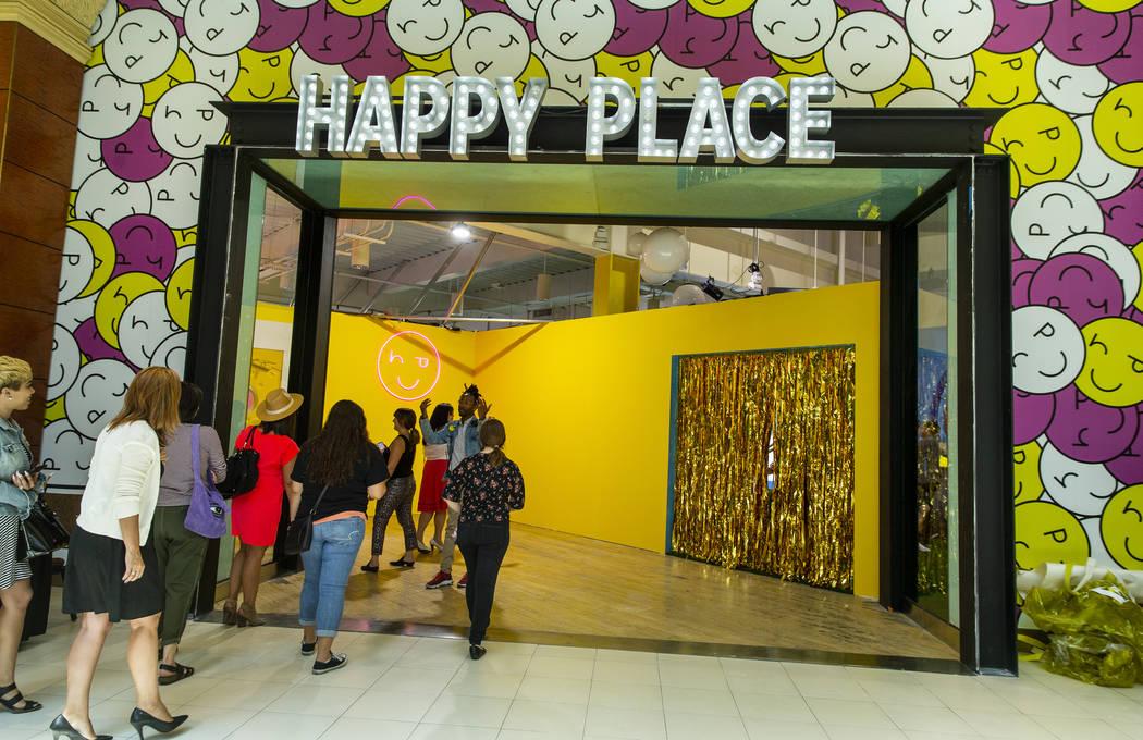 Los invitados ingresan al nuevo Happy Place en Mandalay Bay el miércoles, 21 de agosto de 2019 ...