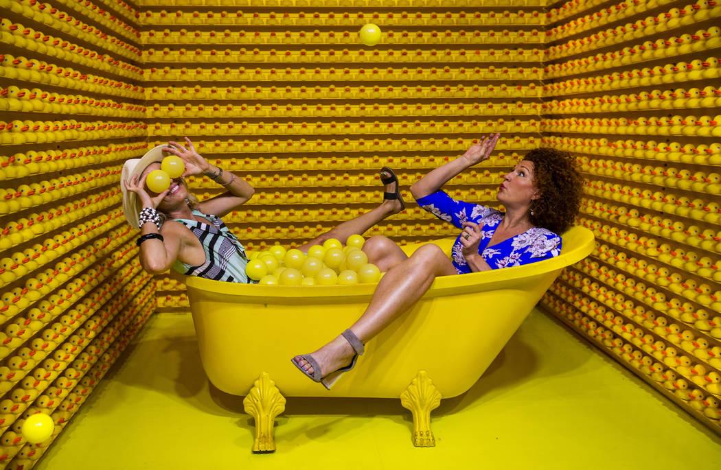 Vanessa Esparza, izquierda, y Tevis Holboron juegan en Bathtub of Fun en el nuevo Happy Place d ...
