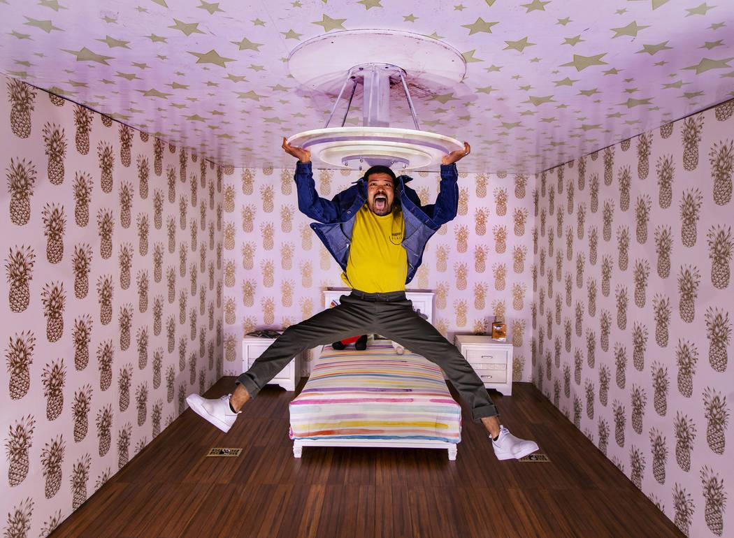 Chad Wilson parece colgar del candelabro en una imagen invertida de Upside Down Room en Happy P ...