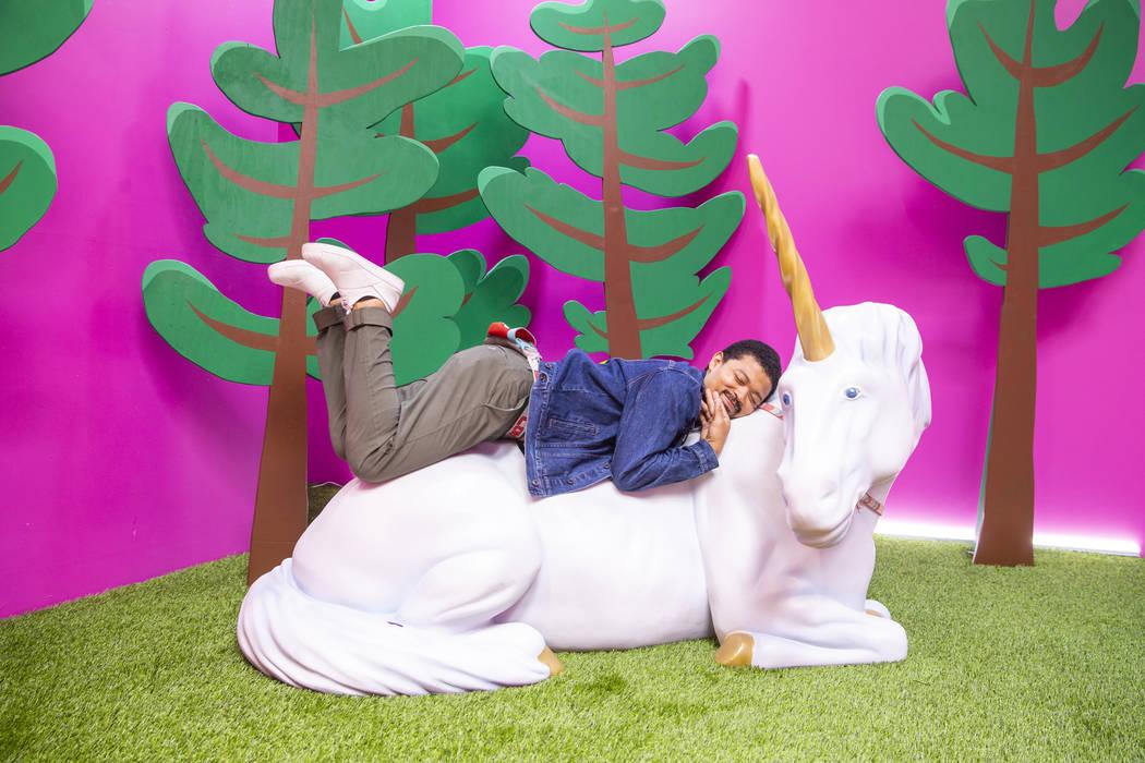 Chad Wilson se acurruca en la sala Cornelius the Unicorn en Happy Place en Mandalay Bay el mié ...