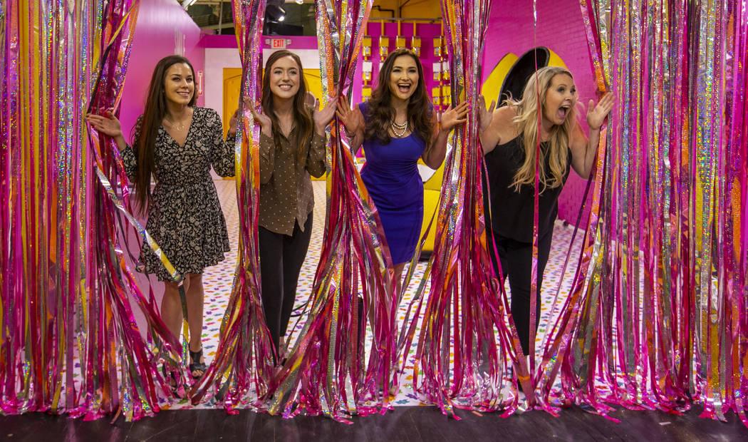 Alexcia Poe, izquierda, Shayna Russo, Jessica Chuckran y Amber Jung se divierten mientras salen ...