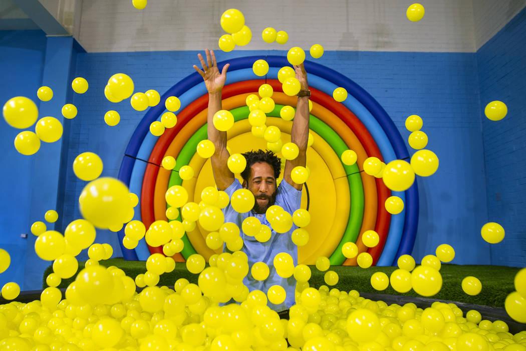 Bryce Hill aparece desde el hoyo de pelotas en la sala Pot of Happiness de Happy Place en Manda ...