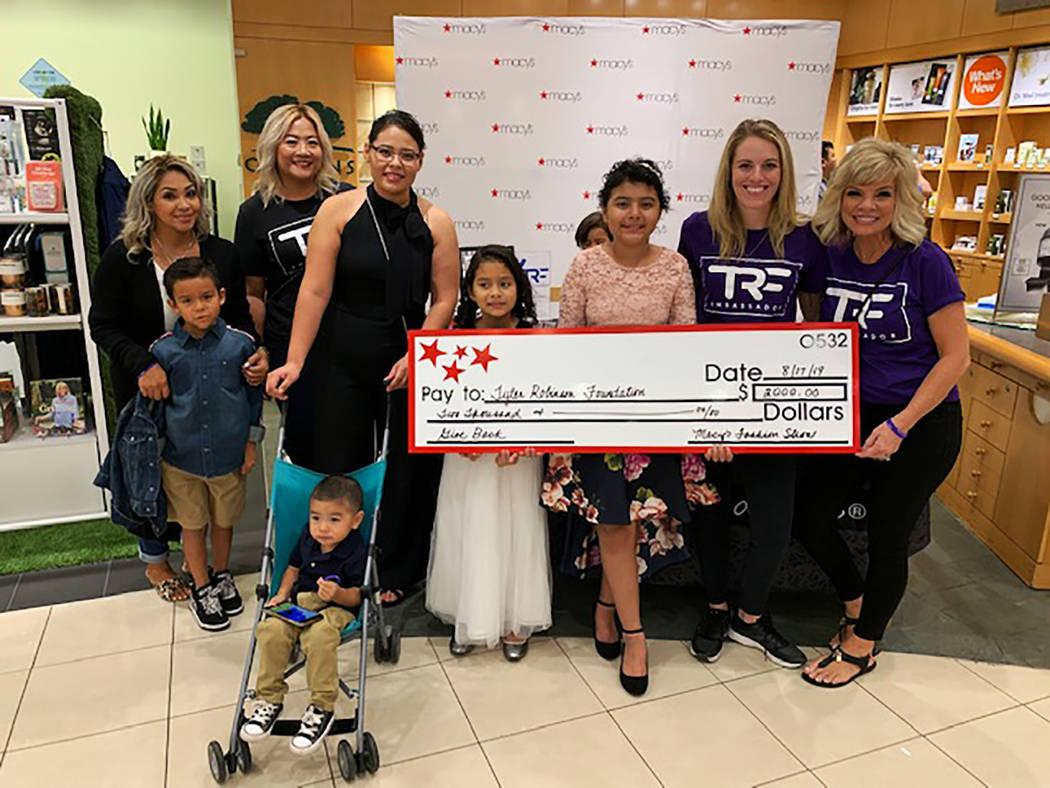 Macy's entregó un cheque cuyo monto asciende a $2,000 para apoyar a la organización, en su ...