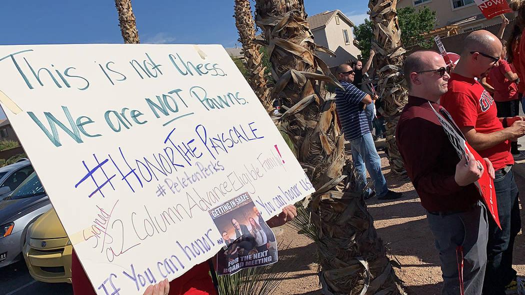 Maestros del Condado de Clark y sus partidarios realizan una manifestación frente a Liberty Hi ...
