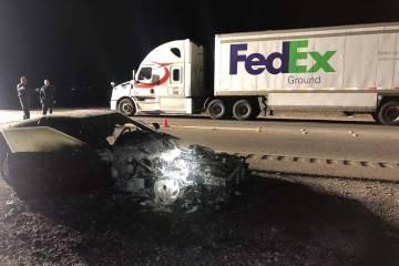 Un Chevrolet Corvette 1993 carbonizado y un camión de FedEx en la escena de un accidente fatal ...