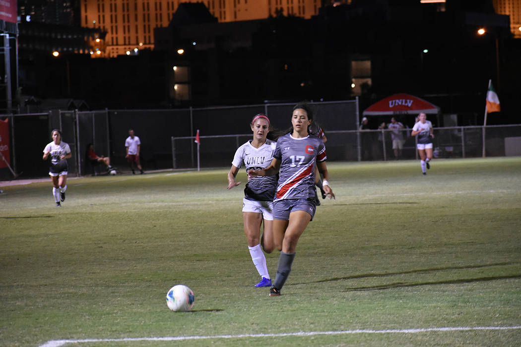 La jugadora de CSUN, Amanda Martin (17), fue factor importante para que su equipo no recibiera ...