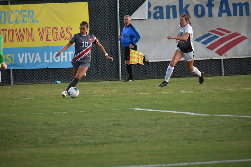 La jugadora de CSUN, Cindy Arteaga (10), tuvo una destacada participación ofensiva para su equ ...