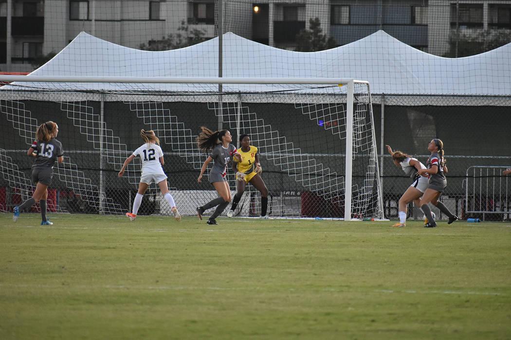 UNLV dominó el segundo tiempo, pero no pudieron conseguir el gol del empate ante CSUN. Jueves ...