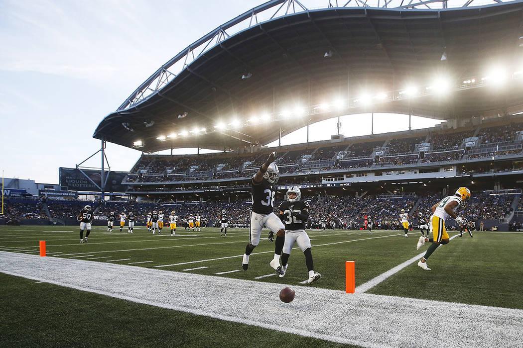 """Keisean Nixon (38) de los Oakland Raiders celebra después de noquear un pase en la """"zona final ..."""