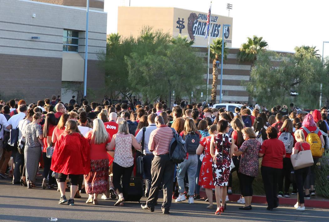 Maestros y administradores de Spring Valley High School organizaron una protesta para exigir el ...