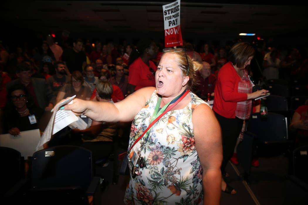 """Nichole Beer, maestra bibliotecaria en la Escuela Primaria Martínez, canta """"huelga"""" durante un ..."""