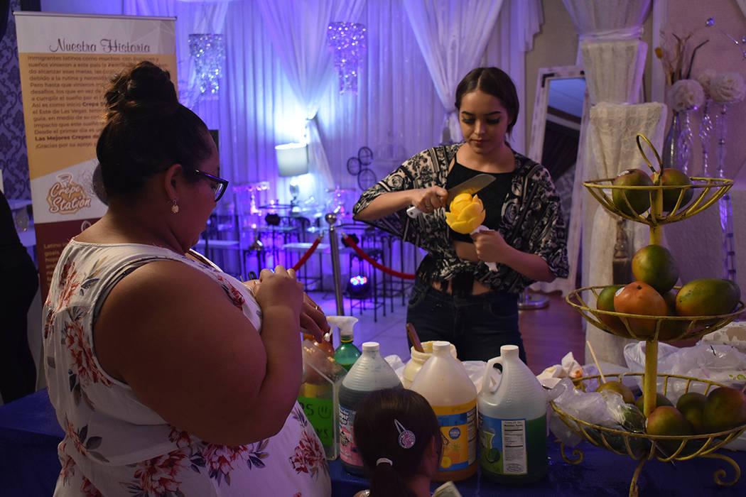 Decenas de personas se reunieron para celebrar el Día del Salvadoreño Americano. Domingo 25 d ...