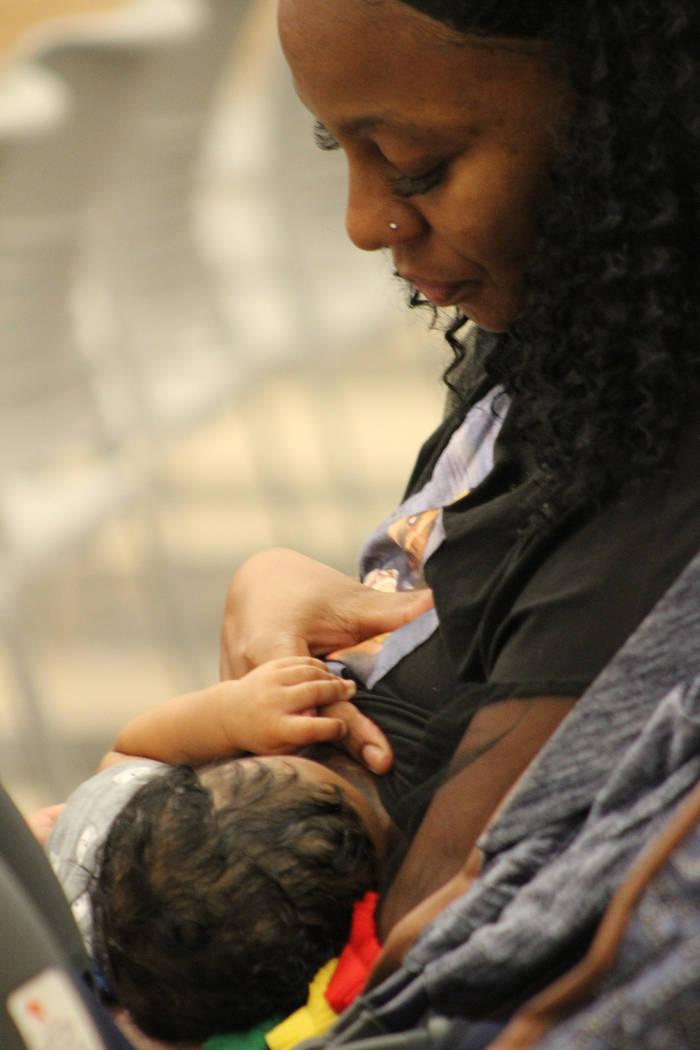 En confianza una madre alimentó a su recién nacido mientras escuchó las pláticas. Sábado 2 ...