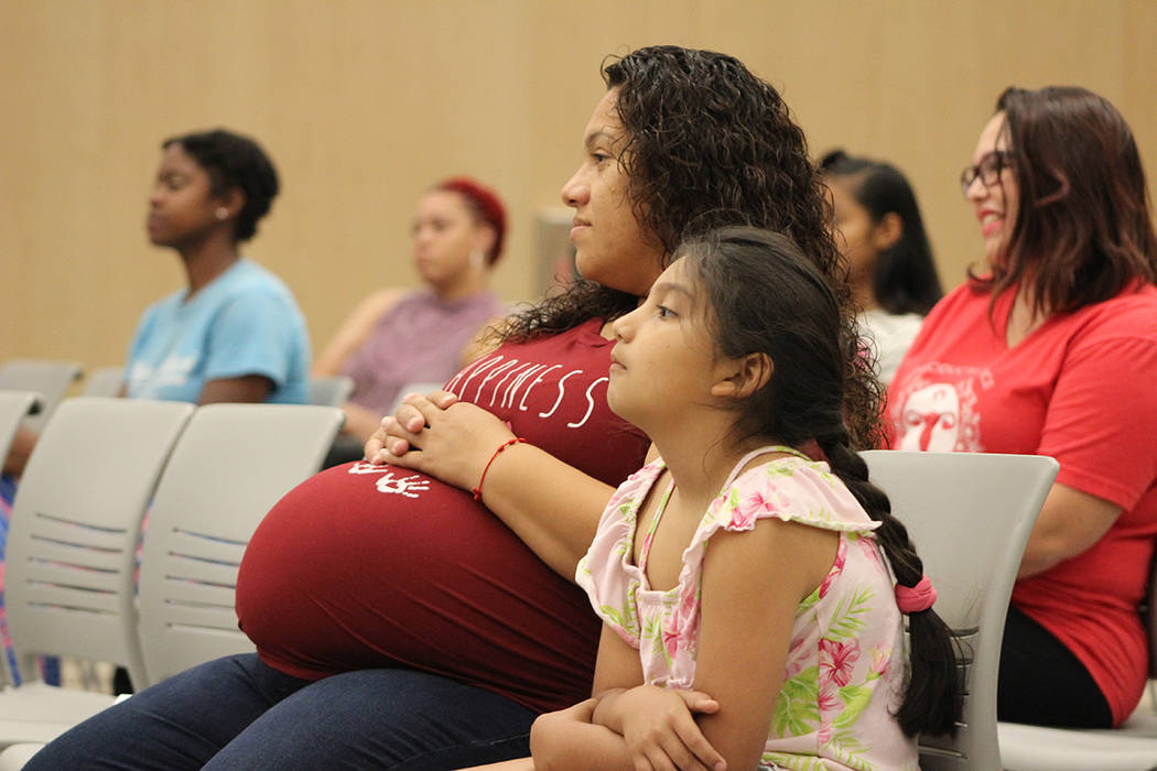 Madres, mujeres embarazadas y niñas asistieron a informarse sobre los beneficios de la lactanc ...