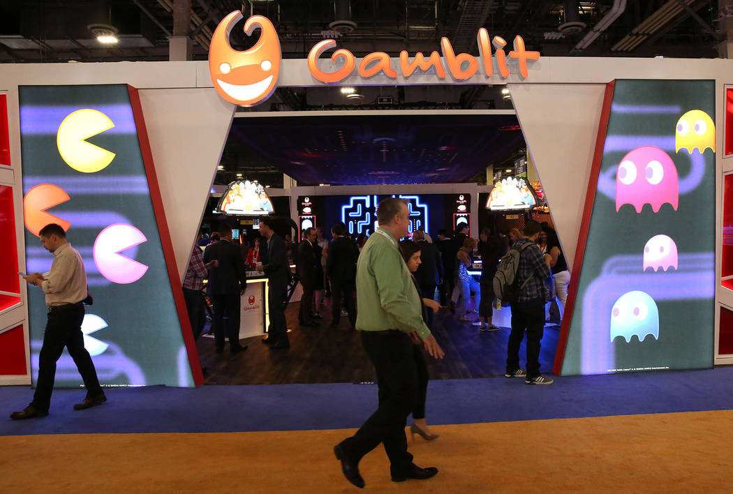 Asistentes pasan por el stand de Gamblit Gaming durante la Global Gaming Expo en el Sands Expo ...