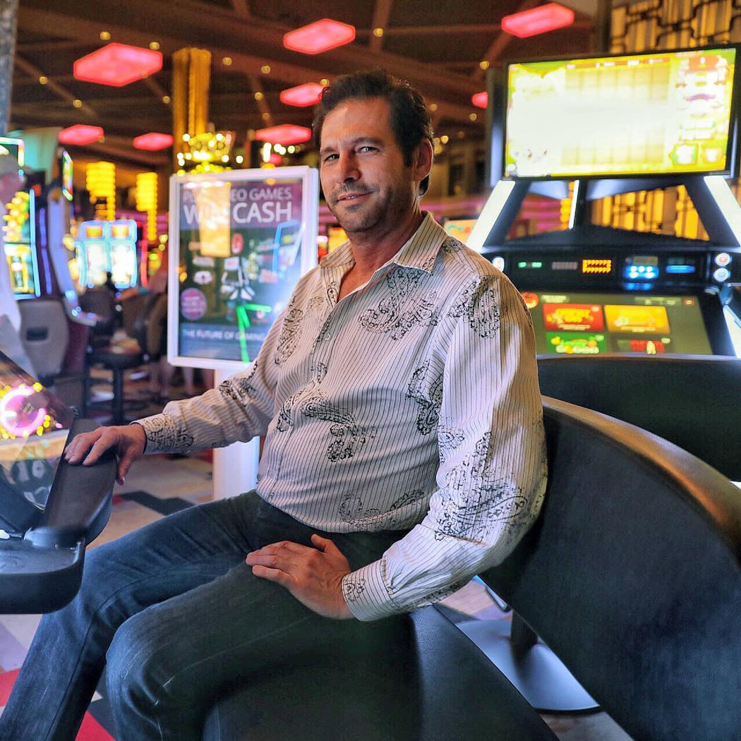 El director ejecutivo de Gamblit, Eric Meyerhofer, junto con una máquina Modelo G en Planet Ho ...