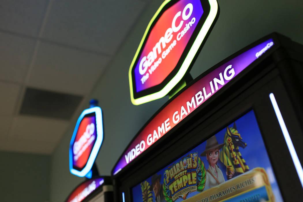 Blaine Graboyes, CEO de GameCo, cerca de dos de sus máquinas de juego únicas, espera que camb ...