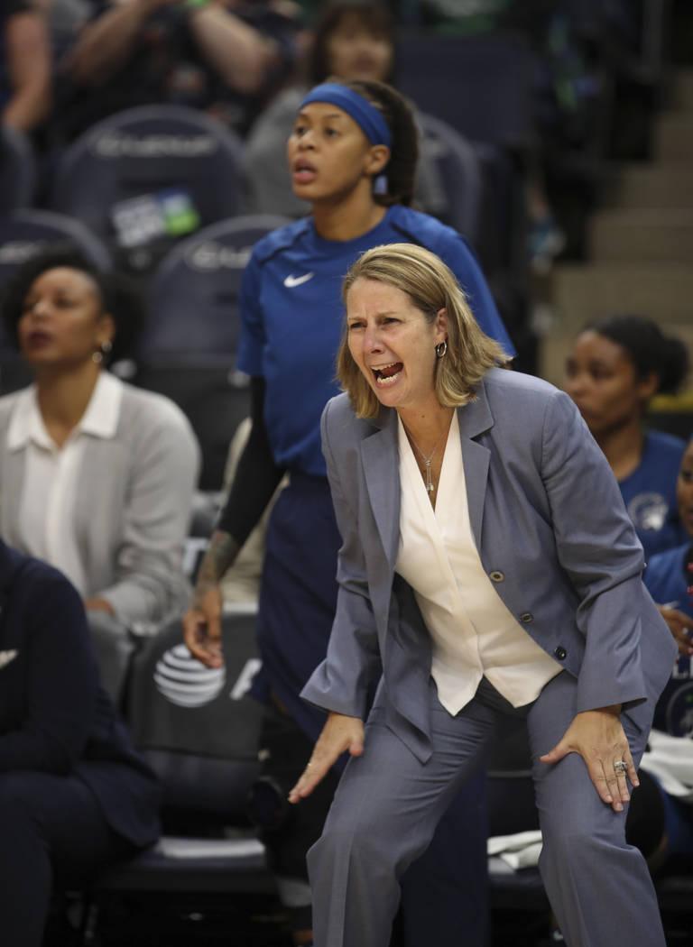 La entrenadora jefa de las Minnesota Lynx, Cheryl Reeve, alienta a su equipo en el último cuar ...