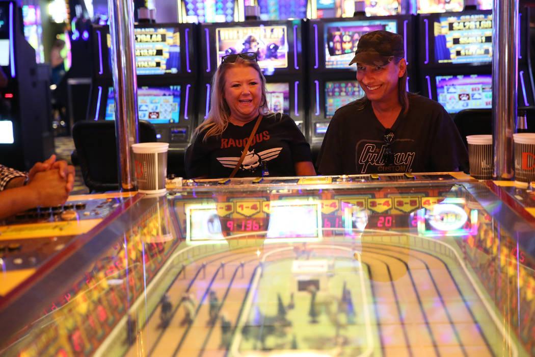Tammy Beggs, a la izquierda, y su novio Steve Stefanoff, de Tulsa, Oklahoma, juegan en la máqu ...