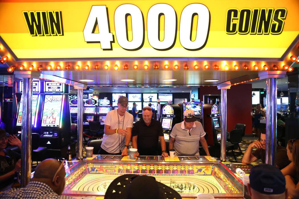 Brock Watson, izquierda, su padre Eldon y su abuelo Phillip Julian, de Pensilvania, juegan en l ...
