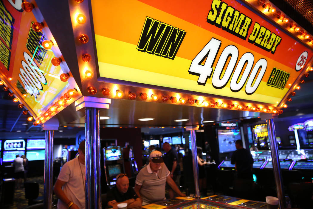 La gente juega en la máquina Sigma Derby del hotel-casino D Las Vegas en Las Vegas, viernes 23 ...
