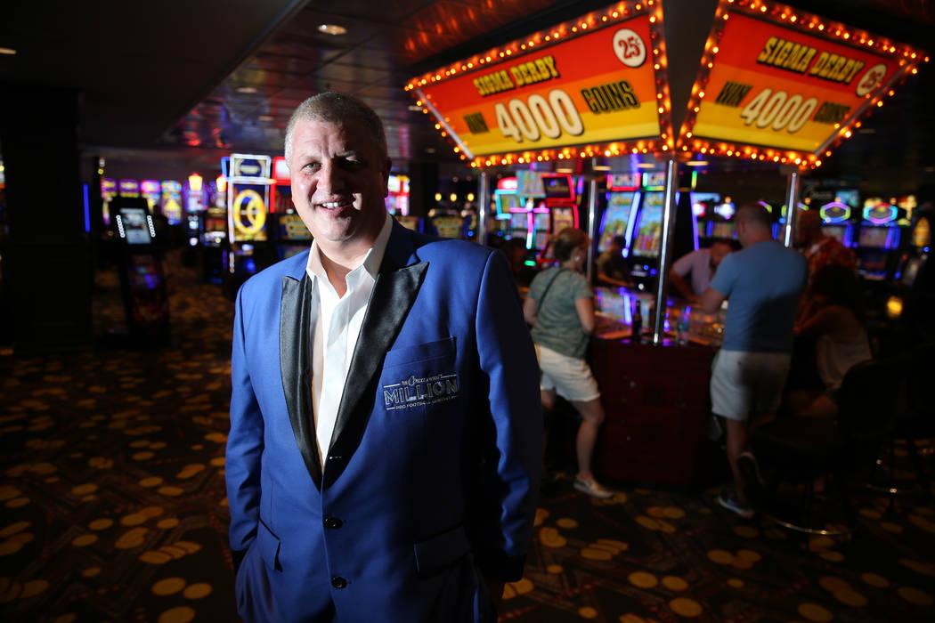 Derek Stevens, propietario del hotel-casino D Las Vegas, posa dentro del piso del casino en Las ...