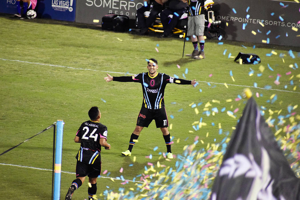 Los jugadores de Las Vegas Lights FC, de negro, celebran el gol que les dio el triunfo ante Por ...