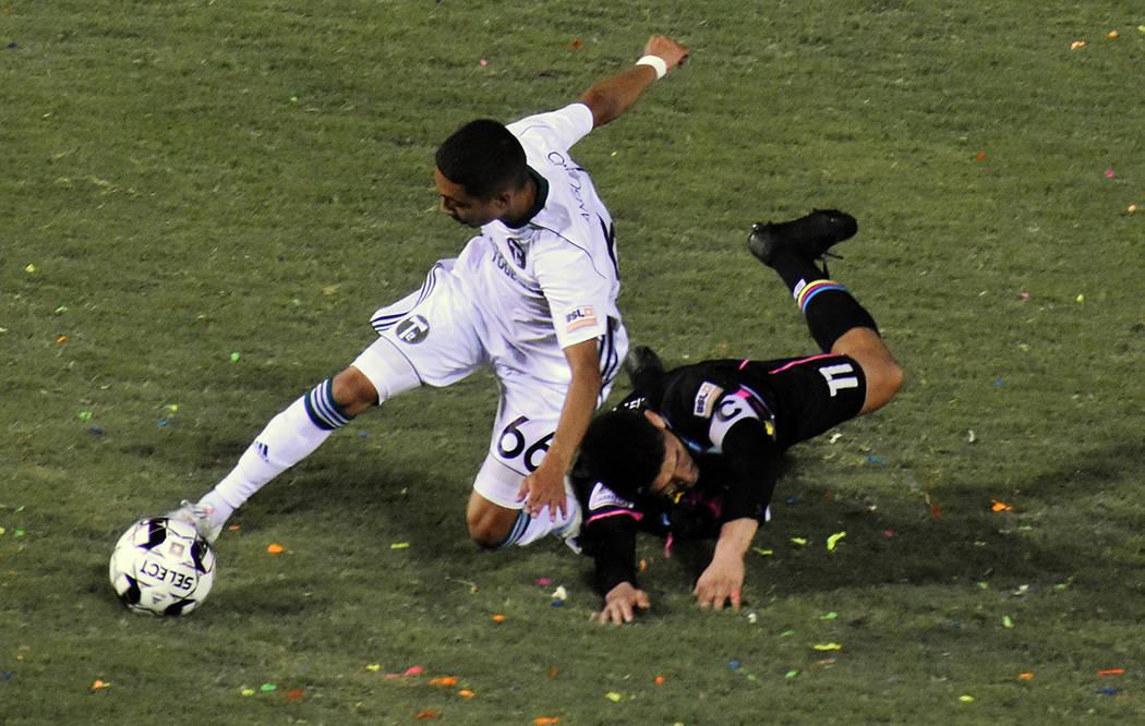 El delantero de Las Vegas Lights FC, Irvin Parra (11) se convirtió en la victima de los rivale ...