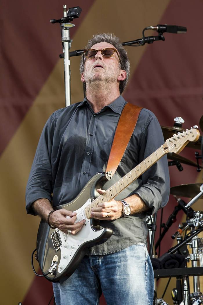 Eric Clapton se presenta durante el New Orleans Jazz & Heritage Festival el 27 de abril de 2014 ...
