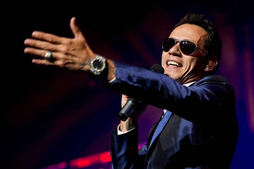 El cantante Marc Anthony, se presenta en concierto durante el Gigantes Tour que también presen ...