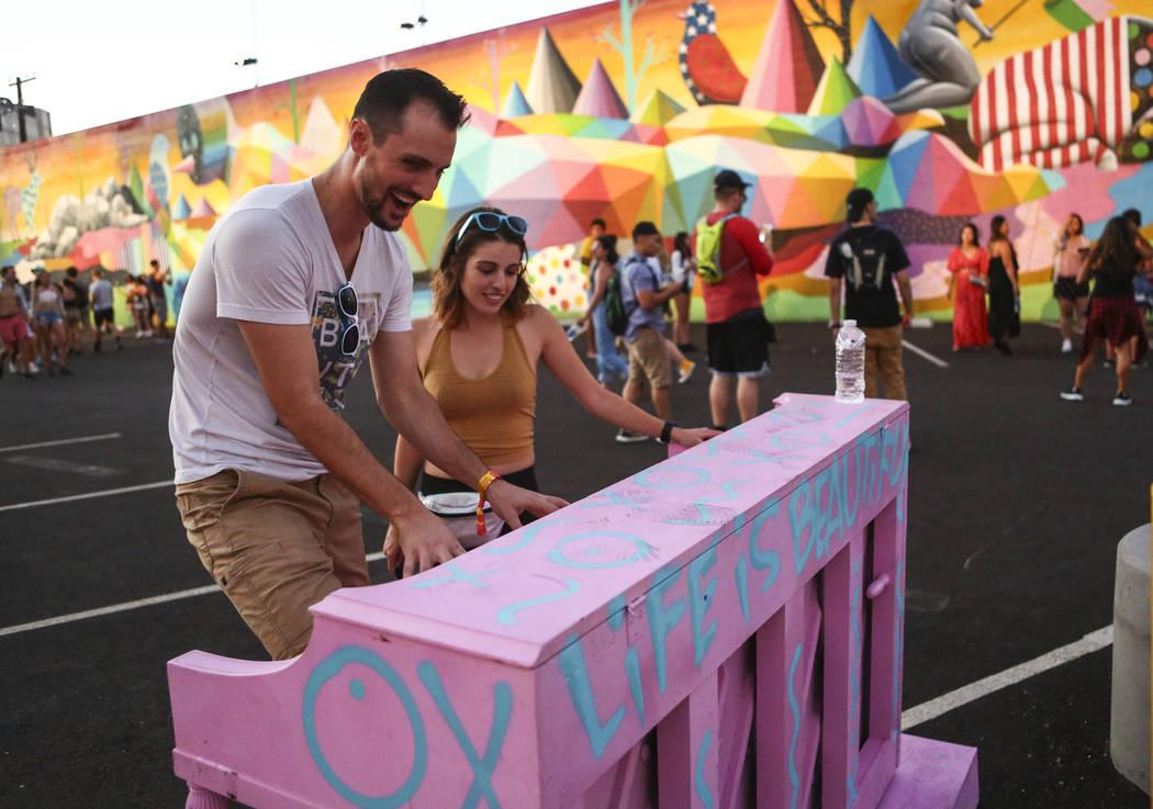 Jordan Maxwell, a la izquierda, de Las Vegas, toca el piano mientras Aleks Bolta, también de L ...