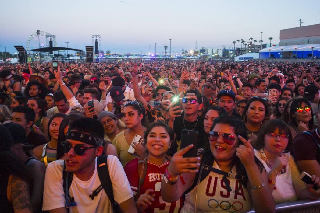 Fans reaccionan mientras French Montana se presenta en el escenario del centro de la ciudad dur ...