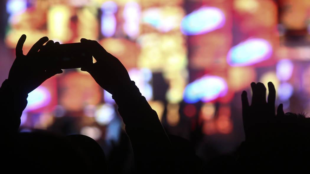 Gorillaz toca en el escenario del centro de la ciudad durante el último día del festival Life ...