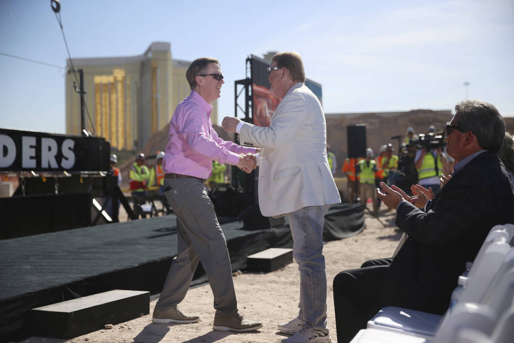 El presidente y CEO de Allegiant, Maury Gallagher, a la izquierda, se da la mano con el propiet ...