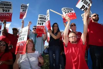 Los maestros protestan luego de que se estancaron las negociaciones de contratos antes de una r ...