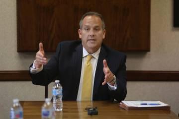 El superintendente Jesús Jara, discute la posibilidad de una huelga de maestros en la sala de ...