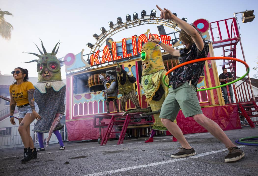 Creyton Bonestell de Palm Springs, California, derecha, hace girar un aro junto al puesto Kalli ...