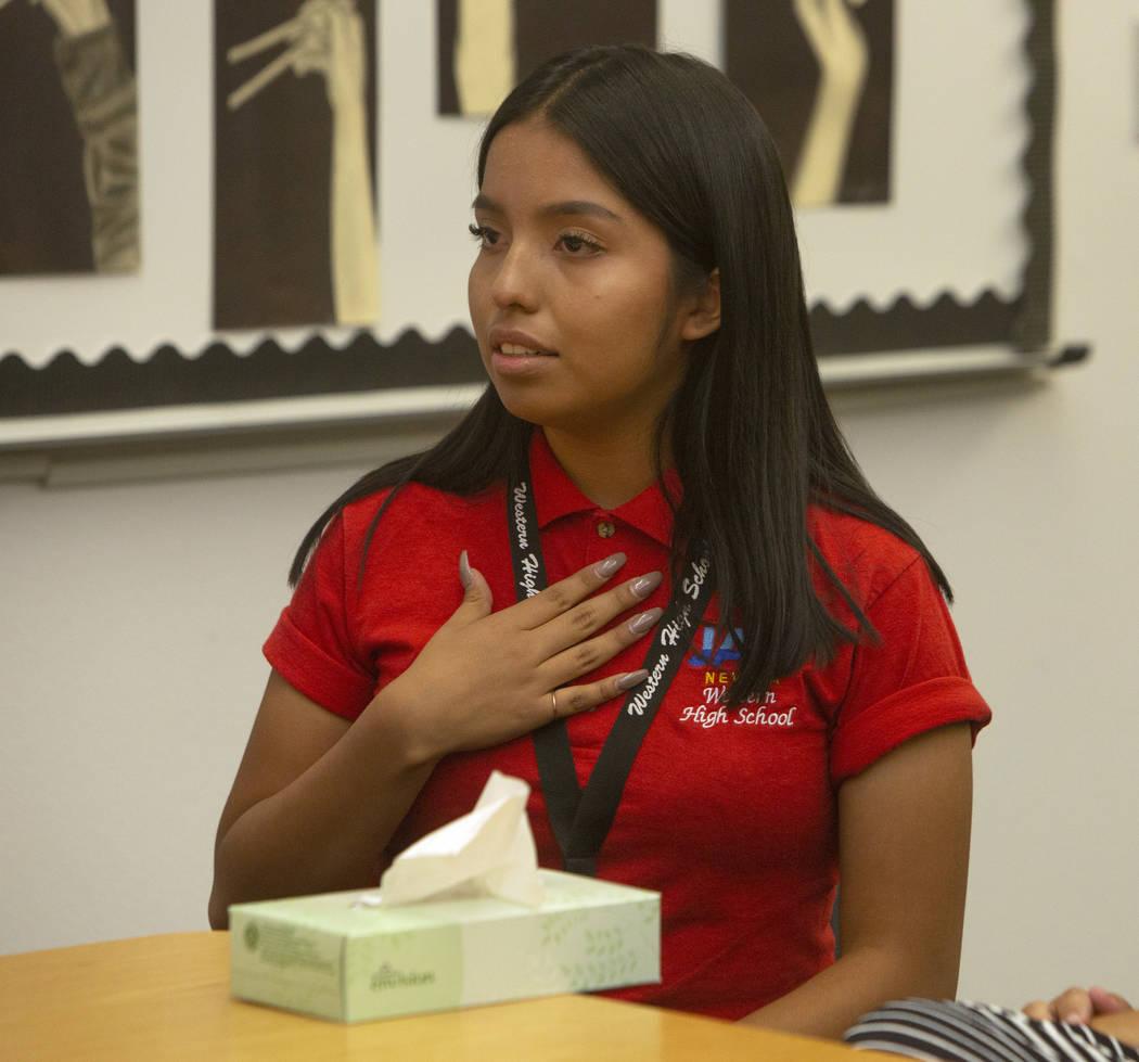 Alfa Sosa, alumna de Jobs of America's Graduates (JAG), de 17 años, se emociona al discutir su ...