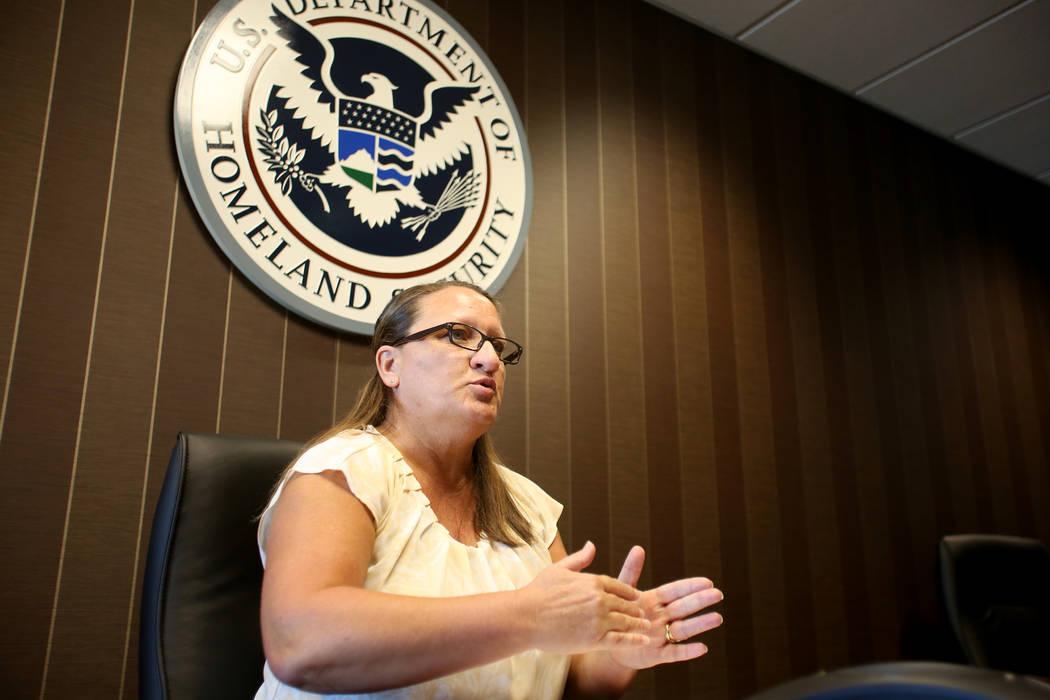 Dana Fishburn, subdirectora interina de la oficina de campo de ICE en Nevada, habla sobre los p ...