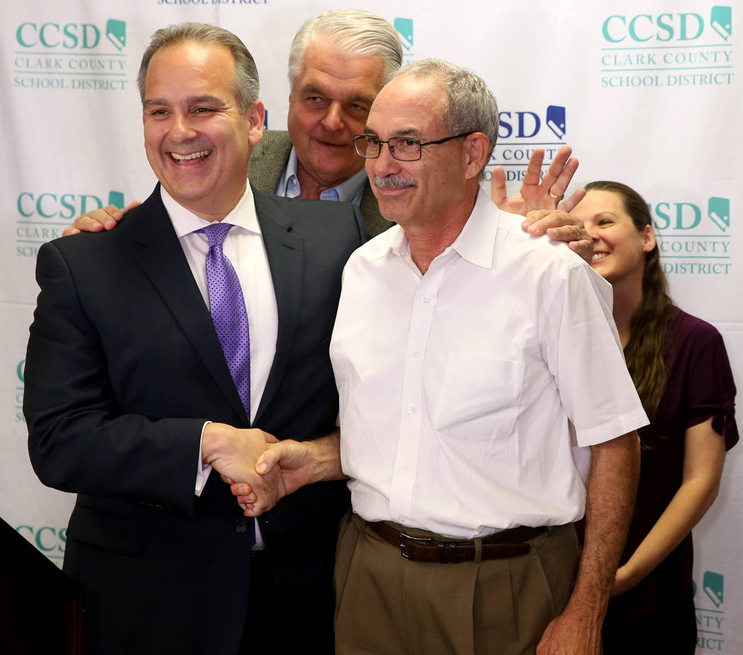 El gobernador Steve Sisolak insiste en que el Superintendente del Distrito Escolar del Condado ...