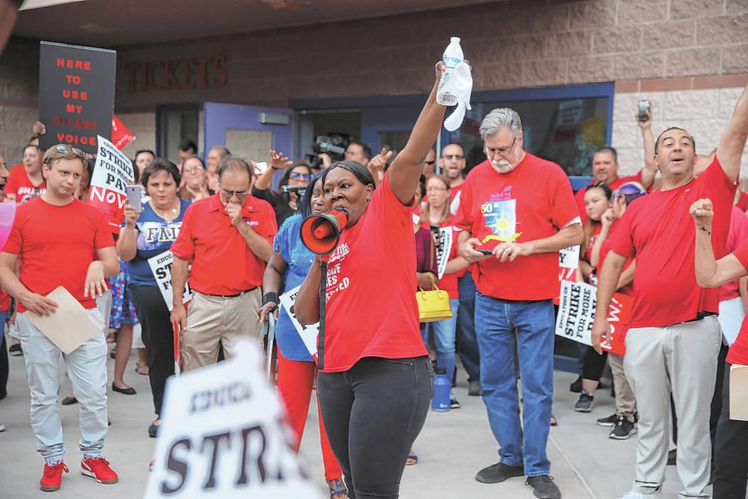 Linda Jones, de la Asociación de Educación del Condado de Clark, centro, reúne a la multitud ...