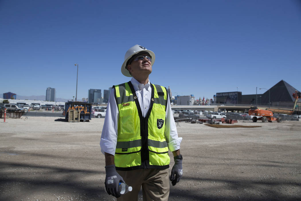 Don Webb, director de operaciones de LV Stadium Co., realiza un recorrido por el sitio de const ...