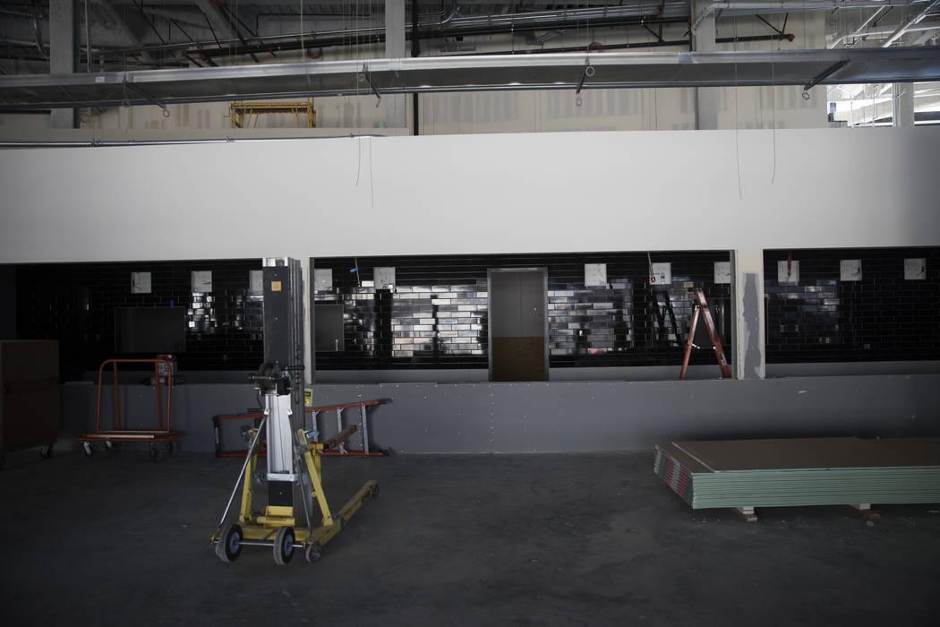 La concesión en construcción en el estadio Raiders Allegiant en Las Vegas el miércoles, 28 d ...