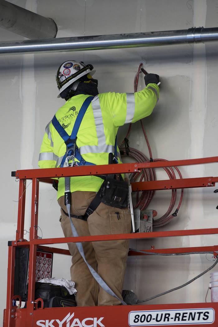 Un trabajador parcha una pared en el sitio de construcción del estadio Raiders Allegiant en La ...