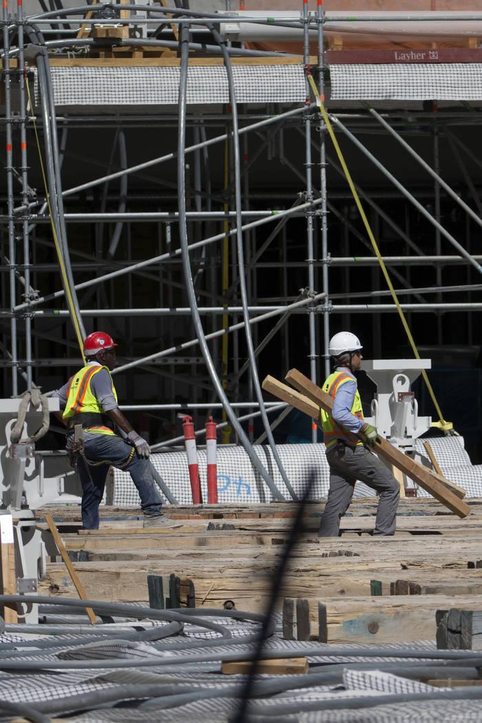 Un trabajador camina por el piso del sitio de construcción del estadio Raiders Allegiant en La ...