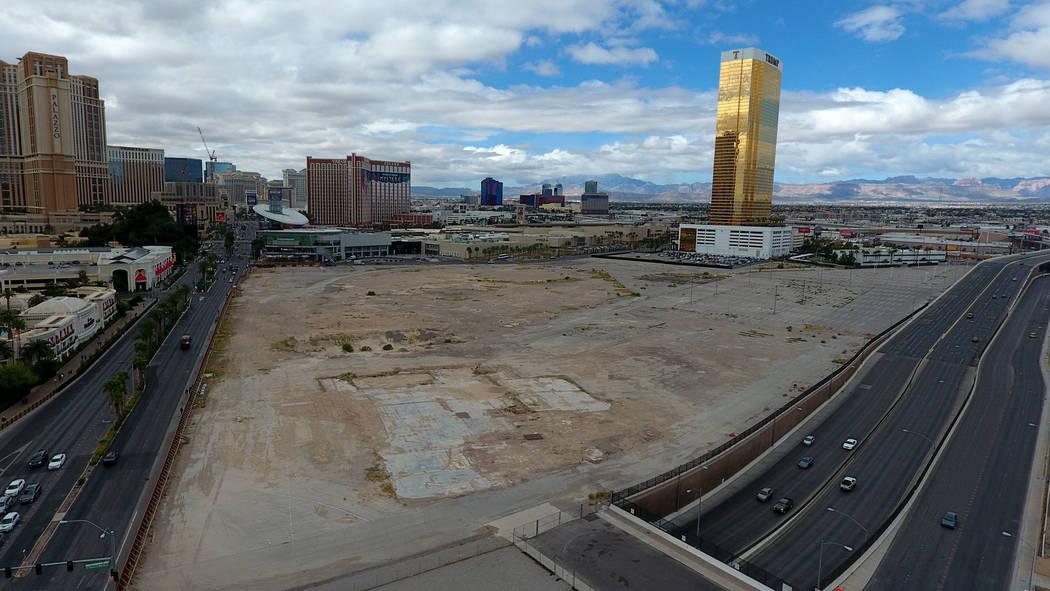 Foto aérea del antiguo sitio del New Frontier, propiedad de Wynn Resorts, en la esquina suroes ...